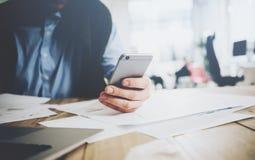 Workspace stylu życia pojęcie biznesmena smartphone używać Rodzajowy projekta laptop na stole zamazujący tło Obraz Royalty Free
