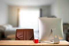 Workspace z komputerem, laptopem, biurowymi dostawami i filiżanką, fotografia royalty free