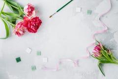Workspace z paleta nożem, brezentowym obrazem, tulipanowym kwiatem i mozaiką na szarym backround, obrazy royalty free