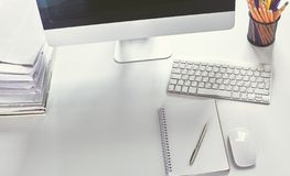 Workspaceskrivbord, dokument på kontorstabellen arkivbilder