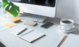 Worktable με το γραφείο υπολογιστών και εξοπλισμού Στοκ Φωτογραφία