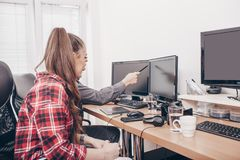 Workteam στο γραφείο που λειτουργεί στον υπολογιστή γραφείου στοκ εικόνα