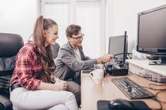 Workteam в офисе работая на настольном компьютере стоковые фото