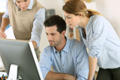 Workteam with computer in office Royalty Free Stock Photography