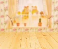 Worktop da madeira clara na frente da janela da cozinha Fotos de Stock Royalty Free