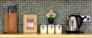 Worktop de cuisine avec des éléments de cuisine en fonction Photographie stock libre de droits