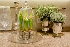 Worktop elegante de la cocina con las flores Foto de archivo libre de regalías
