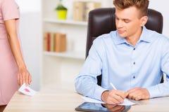 Workwoman передает примечание влюбленности к ее партнеру Стоковое фото RF