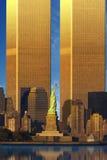 World Trade Center ampliado atrás da estátua da liberdade Fotos de Stock