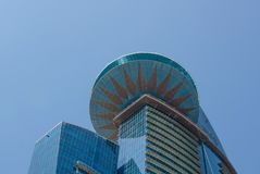 World Trade Center Doha ενάντια στο μπλε ουρανό, κατώτατη άποψη Σύγχρονος ουρανοξύστης με τη βερνικωμένη πρόσοψη στο υπόβαθρο μπλ στοκ εικόνες