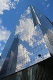 World Trade Center 4 med reflexion från Freedom Tower i September 11 Memorial Park Arkivfoto