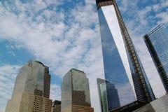 World Trade Center Onvolledige gebouwen op blauwe hemel en witte wolkenachtergrond Royalty-vrije Stock Fotografie