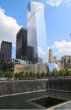 World Trade Center 4, September 11 museum och reflexionspöl med vattenfallet i September 11 Memorial Park Royaltyfri Fotografi