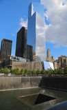World Trade Center 4, am 11. September Museum und Reflexions-Pool mit Wasserfall in am 11. September Memorial Park Stockbild