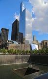 World Trade Center 4, am 11. September Museum und Reflexions-Pool mit Wasserfall in am 11. September Memorial Park Stockbild