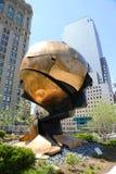 World Trade Centersfären som är skadad vid händelserna av September 11 som förläggas i Liberty Park Arkivfoto