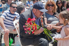 World War veteran talks to little girl Stock Photos