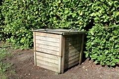 Worm som composting träasken i trädgård royaltyfria bilder