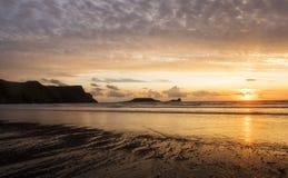 Wormshead, pris de la plage de Rhossili au coucher du soleil Image stock