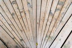 Worn деревянные планки сходясь в перспективе стоковое фото