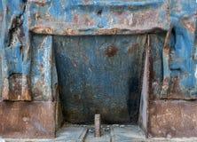 Worn и старый контейнер отброса стоковые изображения rf