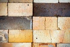 Worn и треснутая текстура огнеупорных кирпичей Стоковое Фото