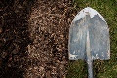 Worn лопаткоулавливатель на предпосылке грязи и травы Стоковая Фотография RF