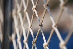 Worn сеть веревочки на предпосылке моря Стоковое Изображение RF