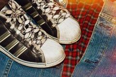 Worn тапки на рубашке ans куртки джинсовой ткани checkered Стоковое Изображение RF