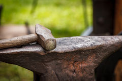 Worn iron anvil and hammer Royalty Free Stock Images