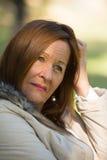 Worried a soumis à une contrainte la femme mûre attirante photographie stock