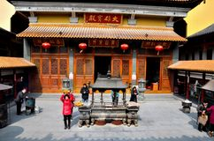 Worshipers in urnbinnenplaats van Chinese tempel Shanghai China Royalty-vrije Stock Afbeeldingen