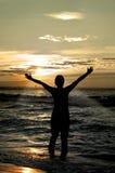 Worshipper tegen zonsondergang Stock Fotografie