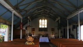 Worshipperen sitter i en kyrklig kyrkbänk på lahainaen stock video