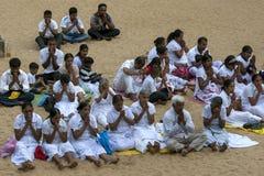 Worshippers молят к дереву Sri Maha Bodhi на Mahavihara внутри древний город Anuradhapura в Шри-Ланке Стоковое фото RF