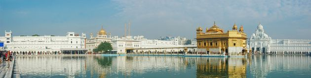 Worshippers посещая священнейший золотистый висок (Harmandir Sahib), Амритсар Стоковые Изображения