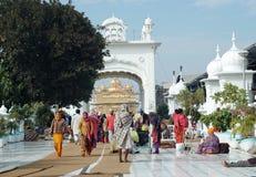 Worshippers besöker det berömda guld- tempelet, Amritsar, Indien Arkivbild