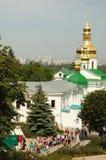 Worshippers besöker Kiev Pechersk Lavra - huvudsaklig sakral ortodox kristen kloster av Kiev, Ukraina Arkivbilder