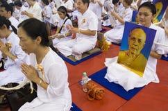 Worshippers che pregano per Phramongkolthepmuni Fotografia Stock