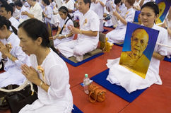 Worshippers die voor Phramongkolthepmuni bidt Stock Foto