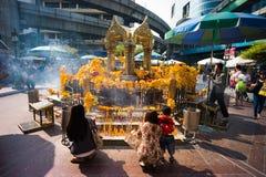 Worshippers på den Erawan relikskrinen Royaltyfria Bilder