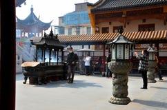Worshippers på den kinesiska Taoisttemplet Shanghai Kina Arkivbilder