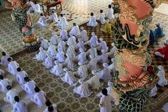 Worshippers in tempiale del cao Dai nel Vietnam Immagini Stock Libere da Diritti