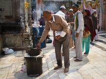 Worshippers in un santuario musulmano a Nuova Delhi Fotografia Stock