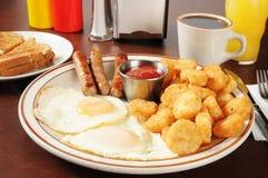 Worst en eieren met gebakken aardappelen Royalty-vrije Stock Foto's