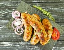 worst gebraden uien, van het de verfrissing het houten menu van de tomatenkeuken traditionele diner stock afbeelding