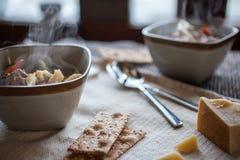 Worst Tortellini en Groentesoep met Stoom het Toenemen Stock Fotografie
