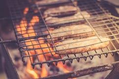 worstbarbecue op een rooster een grillworsten op een barbecuerooster op naakte vlam, hoogste mening stock foto's