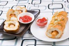 Worstbrood met ketchop Stock Afbeelding