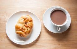 Worstbroodje en chocolademelk Royalty-vrije Stock Foto's